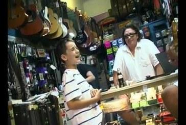 A pasi elvitte a kisfiát a gitárboltba és nyomtak egy kis blues-t… Senki nem hitte el amit lenyomott a kis srác!
