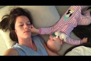 A kisbaba mindent elkövet hogy anya ne tudjon aludni! Nagyon cuki…