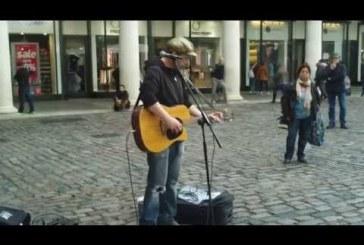 Csodálatos utcai énekes srác Londonból! Le a kalappal ! :)