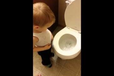 Kisfiú saját maga engedi le kis kedvencét, a reakciója nagyon szívszorongató