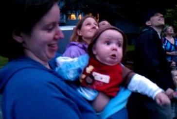 A kisbaba először lát tüzijátékot! Nagyon cuki :D