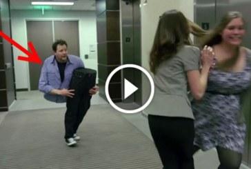 Bűvész minden liftben utazót lesokkol a döbbenetes trükkjével