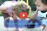A kisfiú megpuszilja testvére bibis lábát. – Nagyon imádni való gyerekek