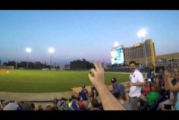 A néző kesztyű nélkül kapja el a stadionból kiütött baseball labdát!