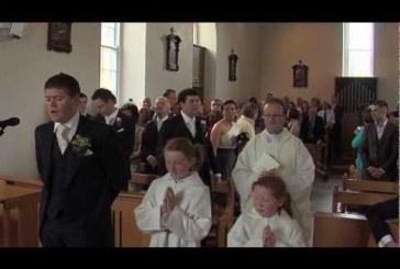 A menyasszony az oltárhoz lép, mikor a vőlegény sokkoló meglepetéssel készül!