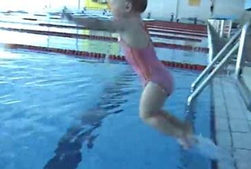 Elképesztő, milyen profin ugrik a vízbe és úszik ez a 2 éves kislány