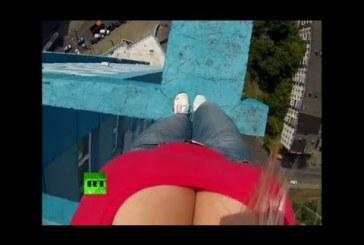 Az orosz szőke csajszi a cicikkel mutatja ba a tetőt