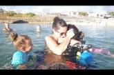 Az anya a gyermekeivel nyaral, nem fogod elhinni mi bukkan elő a vízből!