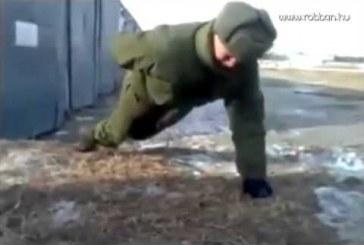Orosz katonák egy kézzel isss nyomják a fekvőtámaszt