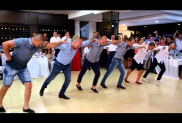 Szuper esküvői tánc kissé átértelmezve! Nagyon jól nyomják a fiúk! Láttál már ilyet?