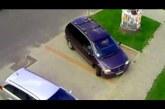 Szőke nő távozik a parkolóból – Hogy lehet ilyennek jogosítványa?
