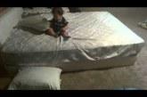 Pici fiú okosan oldja meg az ágyról lejutást! Nézd csak, hogyan!