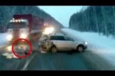 Kisbaba csodával határosan túlél egy brutális autóbalesetet Oroszországban