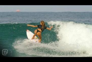 Megáll az élet a strandon, amikor ez a csinos szörfös lány deszkára áll