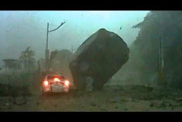 A lehető legóvatosabban vezette az apa az autót a viharban, az életük mégis mindössze centiken múlott