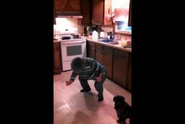 Nagymami táncol az Ice, ice, baby-re – Nagyon menőn mozog, gyerünk nagyi!
