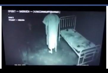 Sokkoló, amit az elmegyógyintézet kamerája rögzített.