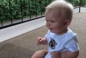 Kisbaba várja hazaérkező apukáját! Eszméletlenül aranyos a reakciója, ezt nézd meg!