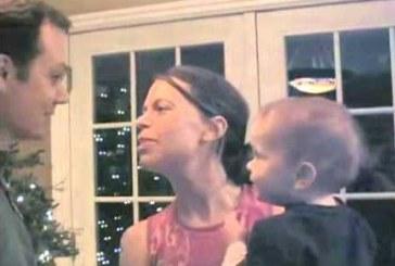 Kisbaba reakciója, amikor apa megpuszilja anyát! Nagyon édes!