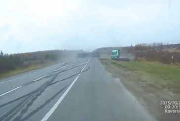 Megbicsaklott a nyerges vontató mindent tarolt