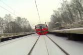 Száguldó vonat mögött síelt egy őrült orosz – Videó