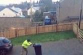 Egy férfi küzdelmei a szemetes kukával- Videó