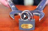 Ha nem látod, nem hiszed el! Egy lakat kinyitásához csupán két villáskulcs kell! – Videó