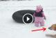 A kislány a havas úton akart csúszdázni, de ekkor váratlan dolog történt! – Videó