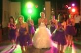 Durva táncot lejt a menyasszony és koszorúslányai, de a legjobb a nézőközönségben a férfi! – Videó