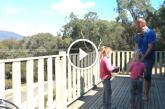 A család kimegy a teraszra, de ami ezután történik az elképesztő! – Videó