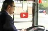 Szórakoztató showműsor a budapesti 105-ös buszon! – Videó
