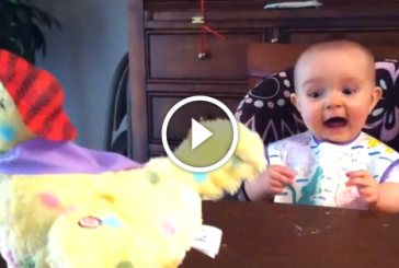 Nagyon édes, ahogy ez a kisbaba megörült az ajándékának! – Videó