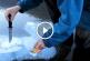 Ilyet még nem láttál, egy szál gyufával csinál léket egy befagyott tóban! – Videó