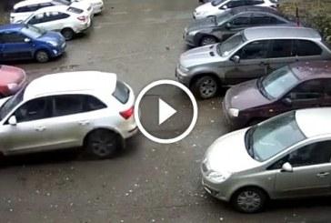 Szőke nő távozna a parkolóból – Ha nem látom, nem hiszem el!