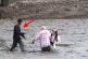 Nézd, mit tett a halász, amikor meglátta a bajba jutott túristákat!
