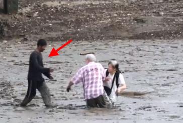 Két turista az iszapba ragadt – Nézd meg mit tesz a hős halász amikor meglátja!