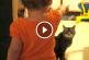 Kisbaba diskurál a cicával – Imádnivaló felvétel!