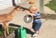 Kisfiú összebarátkozott az őzgidával a hátsó kertben – Ha nem látom, nem hiszem el!
