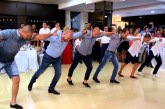 Minden idők legfergetesebb esküvői tánca – Nagyon jól nyomják a fiúk, nézd meg!