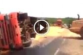 Traktor állítja fel a felborult kamiont, de figyeld mi történik ezután! Nagyon ütős!