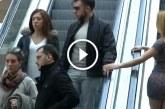 A nő megsimítja a férfi kezét a mozgólépcsőn – Figyeld a reakcióját