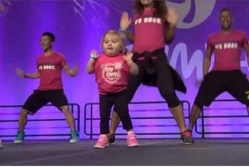 A profikat is lekörözi ez a beteg kislány zumbában. Figyeld csak milyen ügyesen mozog!