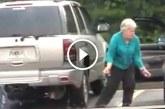 Nagymama kiszáll a kocsiból és egy hatalmasat táncol a parkolóban – Ez nagyon jó!
