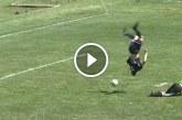 Átszaltózott a kapuson, majd gólt lőtt – Ilyet még tuti nem láttál!