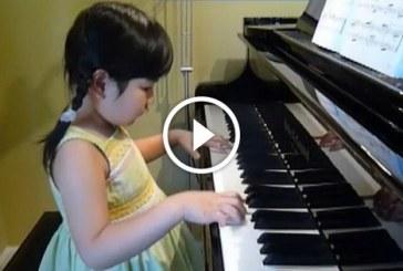 5 éves kislány a zongorán játszik – Nagyon ügyes, hallanod kell!