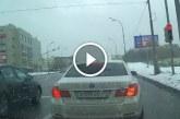 BMW-s menőzik a csúszós úton, nézd mi lett az eredménye