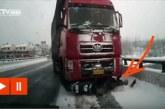 A motoros hihetetlen módon túléli, hogy egy hatalmas kamion megy rajta keresztül az úton!