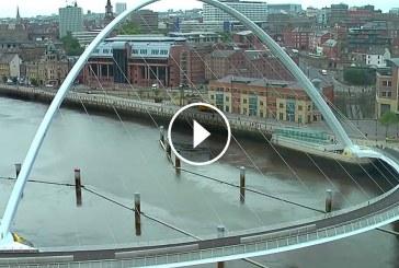 Lehet, hogy ez a híd kicsit furán néz ki- Nézzétek mi történik amikor alatta áthalad egy hajó!