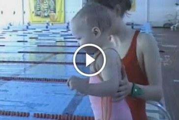 2 éves kislány először úszik a medencében. Ha nem látom, nem hiszem el!