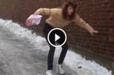 Magassarkús nő a jeges úton próbál lejönni, szerinted elcsúszik?
